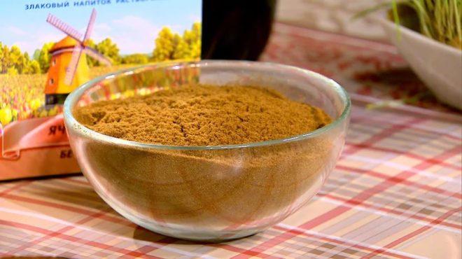 Ячменный кофе в тарелке