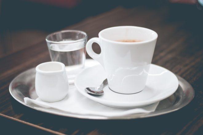 чашка кофе на подносе
