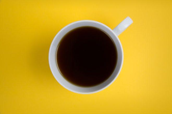 Чашка на желтом фоне